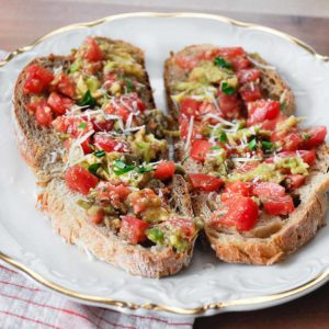 Bruschetta z pomidorami i awokado