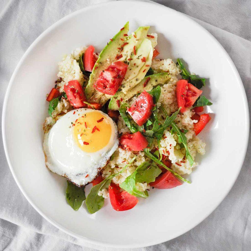 kasza-jaglana-z-pomidorami-awokado-i-jajkiem-sadzonym