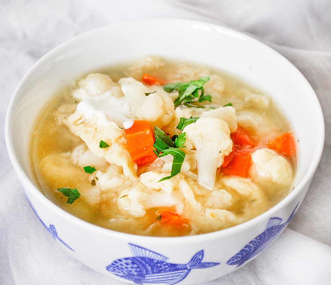 Zupa kalafiorowa z kluskami kładzionymi